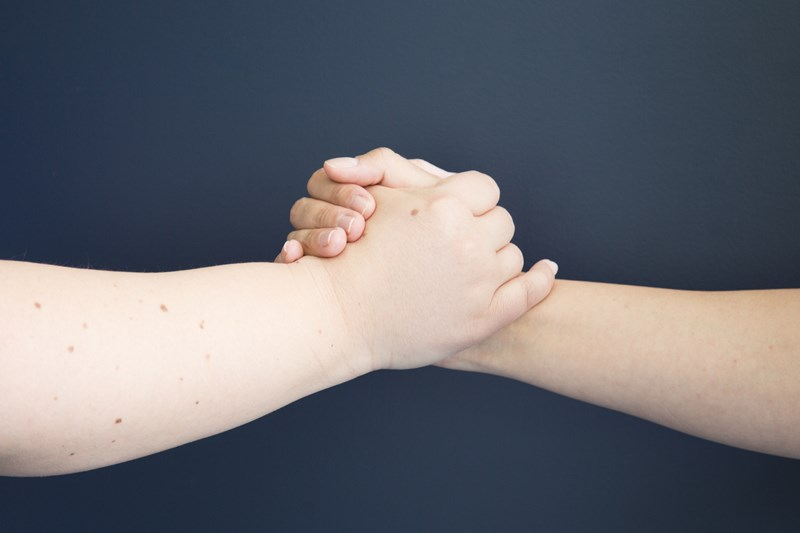 Foto de dos manos entrelazadas