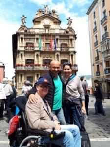 Pedro, Isidro y Marcela frente al Ayuntamiento de Pamplona.